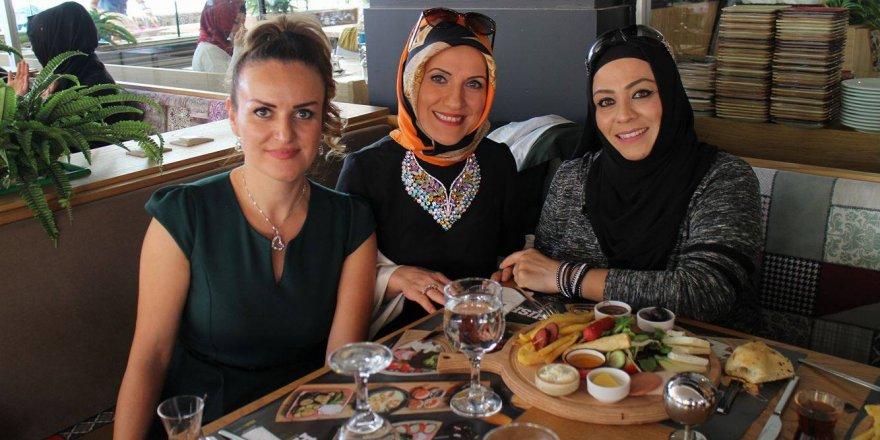 Zarife Dönmez Aydoğmuş ve Eda Gülcü, hanımları buluşturmuş