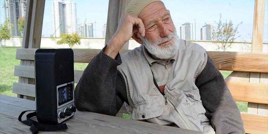 Elinden Radyoyu Gönlünden Hanife'yi Düşürmüyor