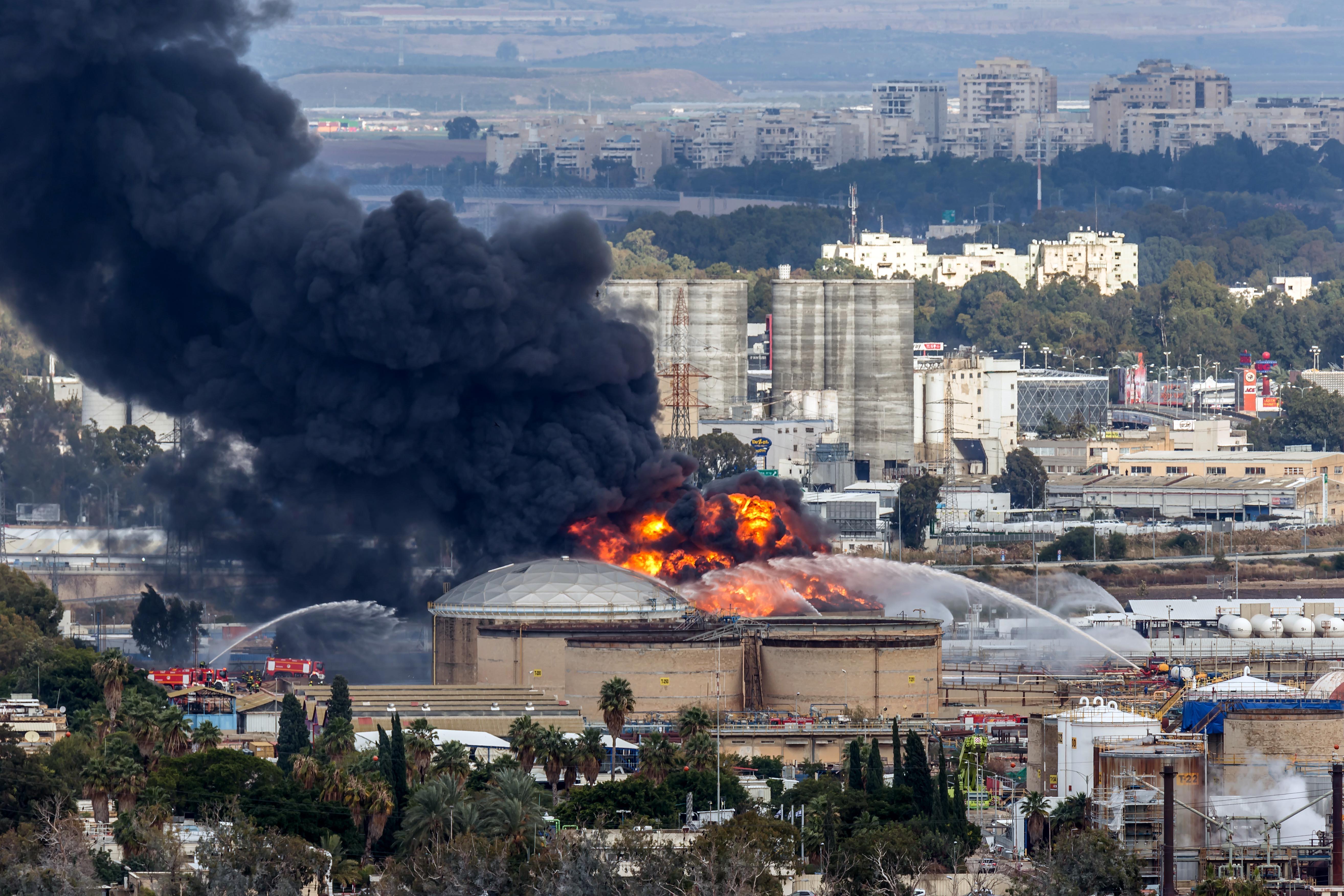 İsrail'in petrol rafinerisinde yangın