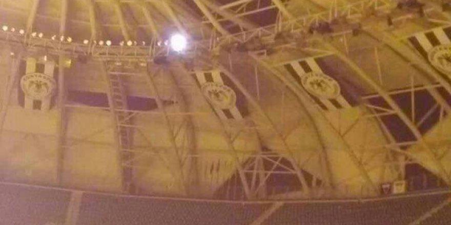 Arena'da göçükler oluştu!