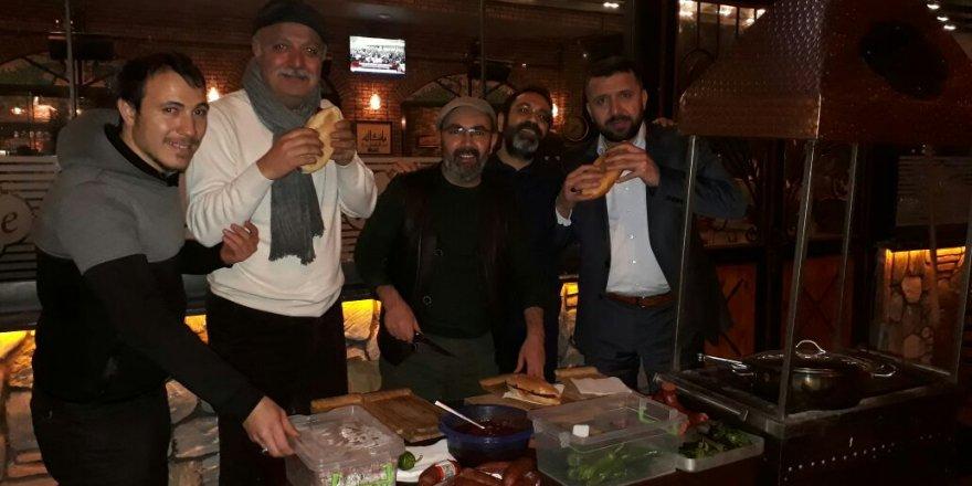 Divane Cafe'de sucuk ekmek ikramı