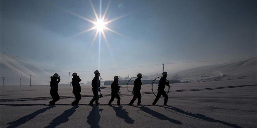 Elektrik Arıza Timlerinin 'Kar Motorlu' Ve 'Hedikli' Mesaisi