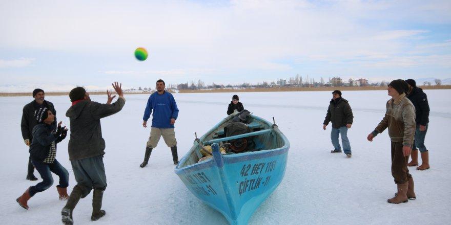"""Donan gölde """"buz voleybolu"""" oynadılar"""
