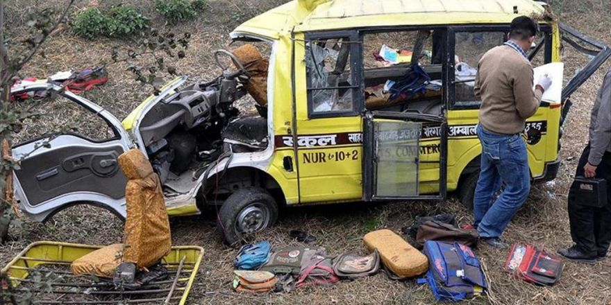 Hindistan'da Okul Servisiyle Kamyon Çarpıştı: 24 Ölü