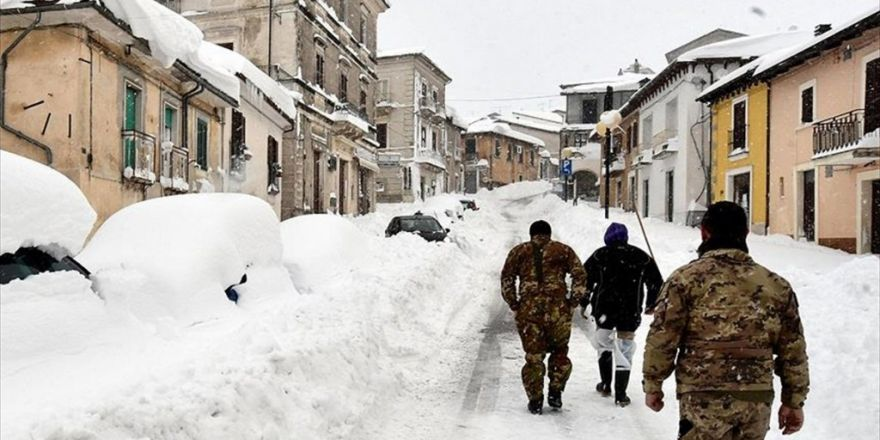 İtalya'da Otele Çığ Düştü