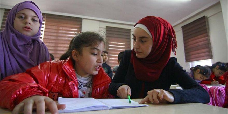 Suriyeli Eczacı Çocuklara Gönüllü Öğretmenlik Yapıyor