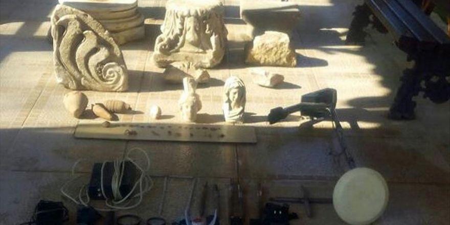 İzmir'de Tarihi Eseri Satmaya Çalışan 2 Kişiye Gözaltı