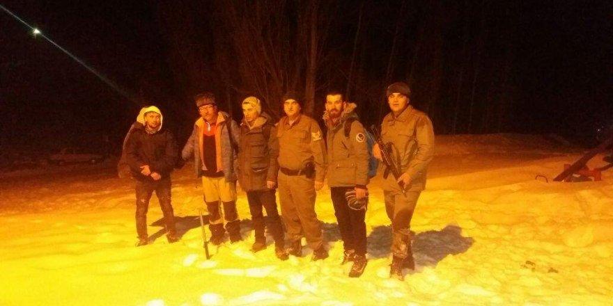 Dağda mahsur kalan gençler kurtarıldı