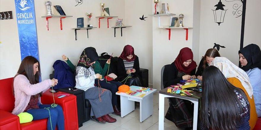 Boş Zamanlarında Köy Çocuklarına Okumayı Sevdirmeyi Amaçlıyorlar