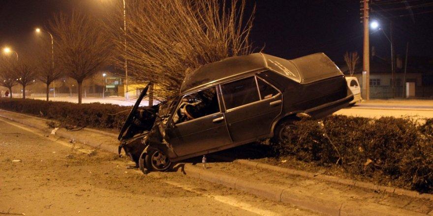 Konya'da refüje çarpan otomobilin sürücüsü yaralandı