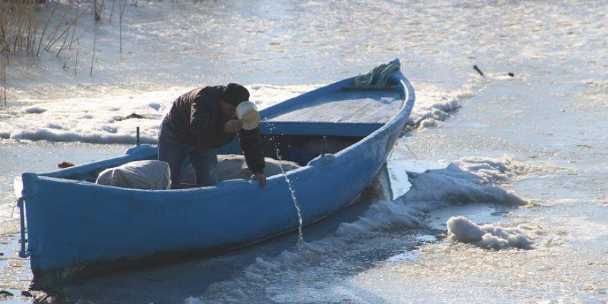 Balıkçılar donun çözülmesini bekliyor