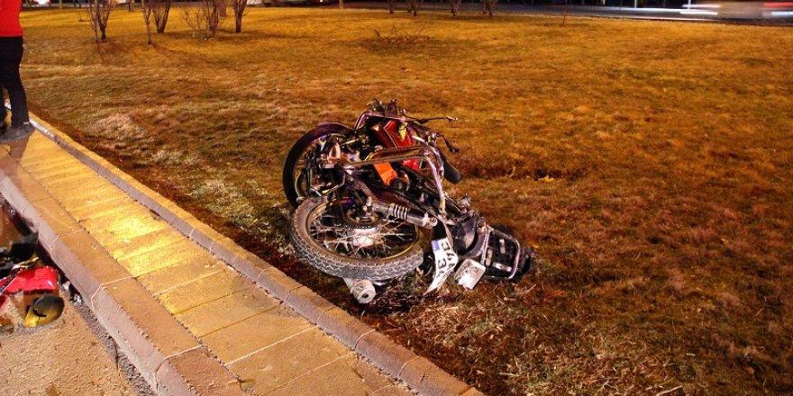 Konya'da motosiklet 3 araca çarptı