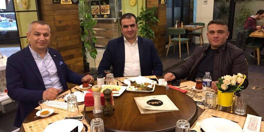 Abdullah Acıbadem  dostlarıyla yemekte