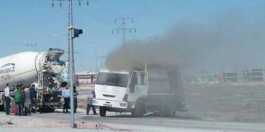 Çöp kamyonu seyir halindeyken yandı