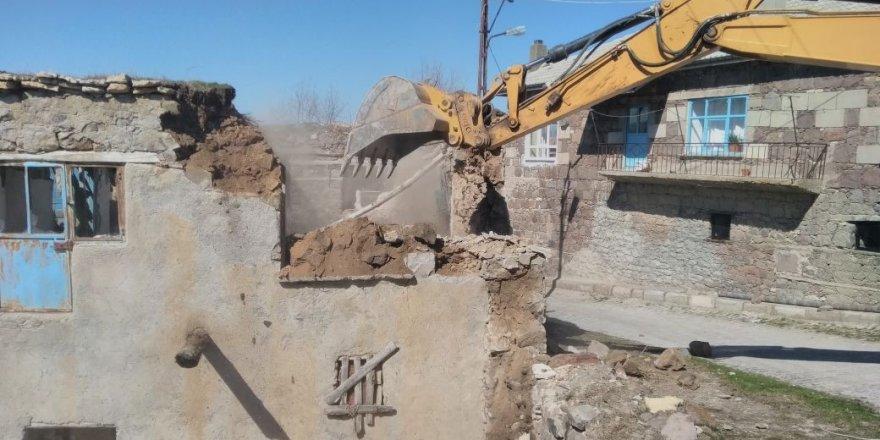 Seydişehir Belediyesi metruk binaları yıkıyor