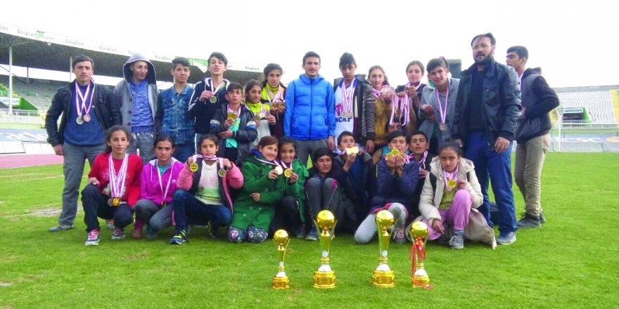Saraçoğlu Toki Mustafa Çetin Ortaokulu kupalara el koydu