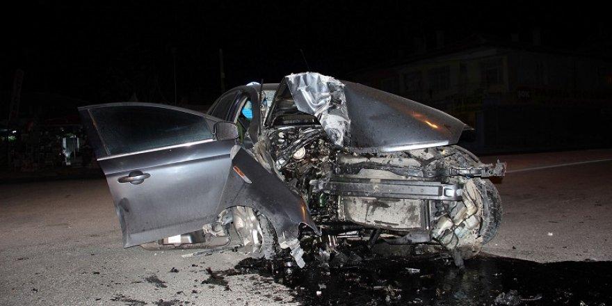 Konya'da otomobil direğe çarptı: 1 ölü, 1 yaralı