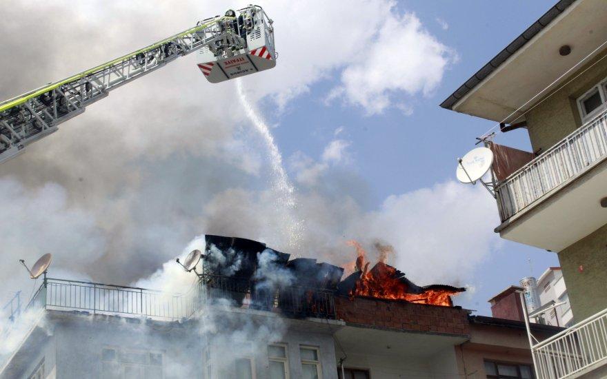 Konya'da apartmanın çatısı alev alev yandı