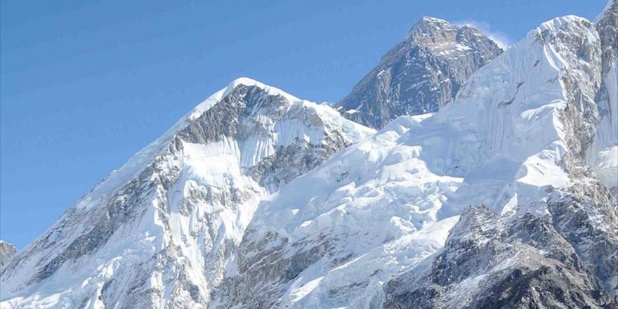 Everest Rekor Sayıda Dağcı Bekliyor
