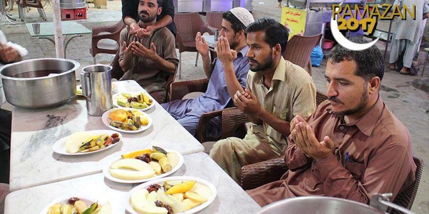 Pakistan'da İlk İftar Heyecanı