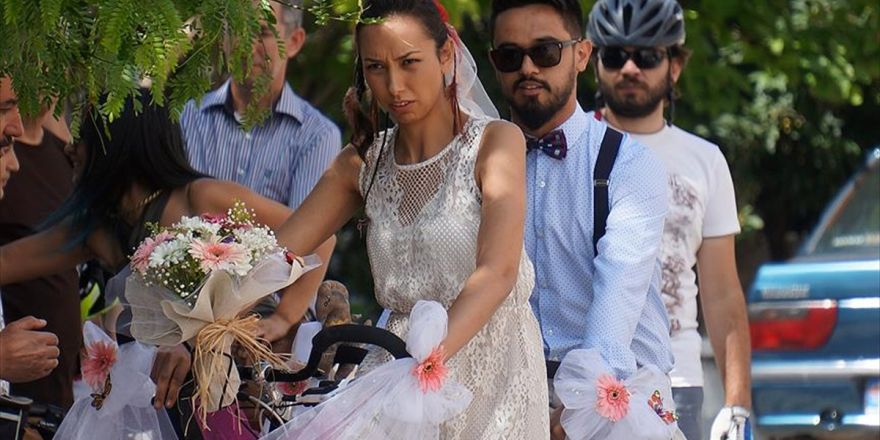 Nikaha Bisikletle Gittiler