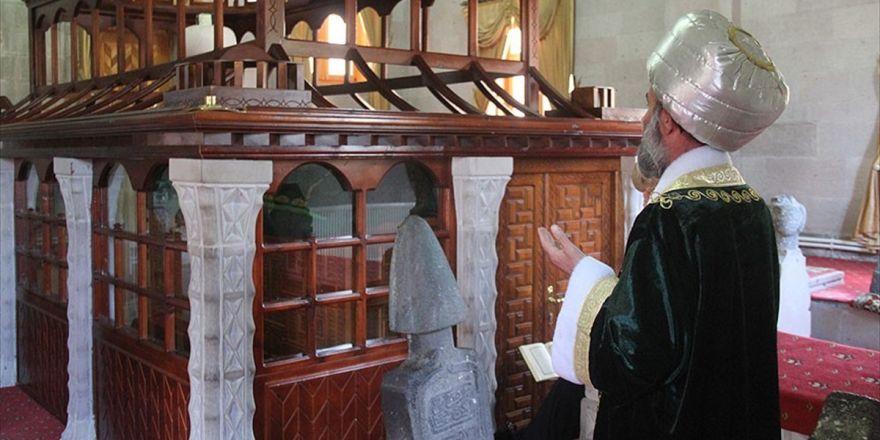 Osmanlı Kıyafetiyle Türbeleri Ziyaret Ediyor