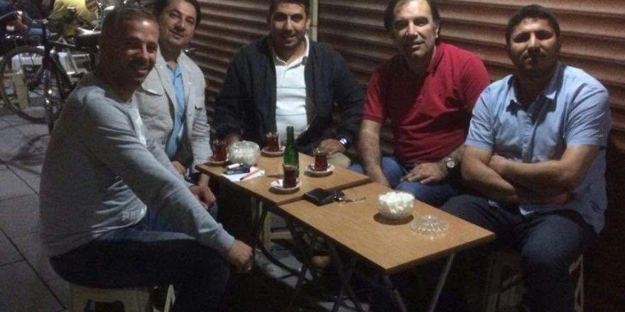İsmail Tuna'nın arkadaşlarıyla çay keyfi