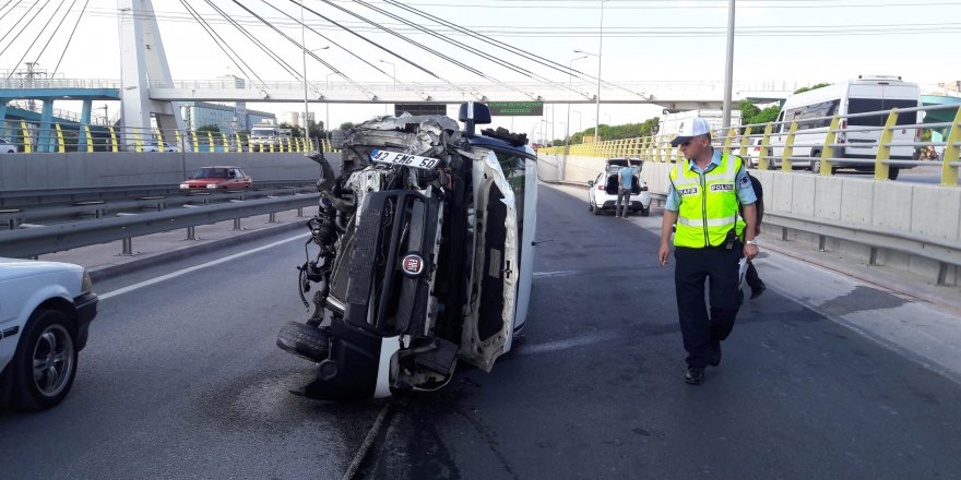 Konya'da bariyerlere çarpan araç devrildi!