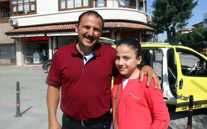Suriyeli aile küçük kızını otobüste unuttu