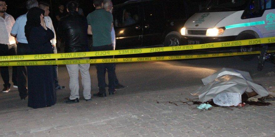 Kazada ölen oğlunun başından ayrılmadı