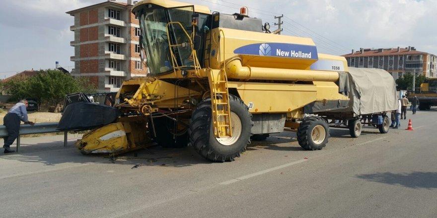 Konya'da kamyonet biçerdöverle çarpıştı