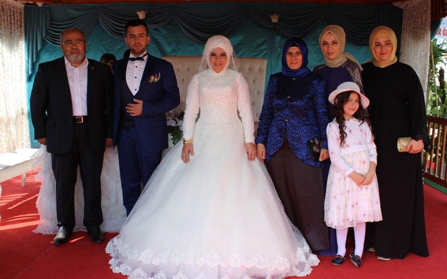 Üzülmez kızını evlendirdi