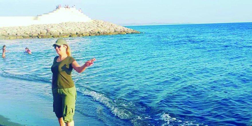 Mehtap Bayraktar denizin tadını çıkartıyor