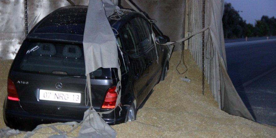 Otomobil devrilen tırın dorsesine girdi