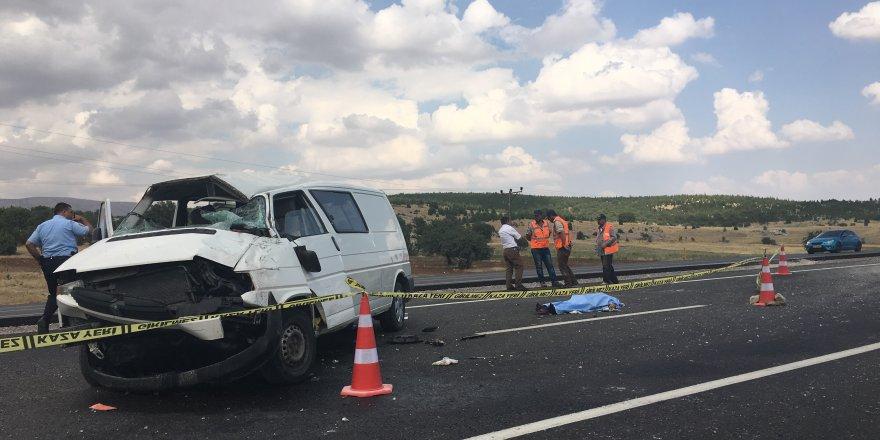 Konya'da Minibüs Refüje Çarptı: 1 Ölü, 3 Yaralı