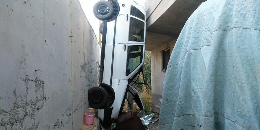 """Otomobil İstinat Duvarından """"Kanepe"""" Üzerine Düştü"""