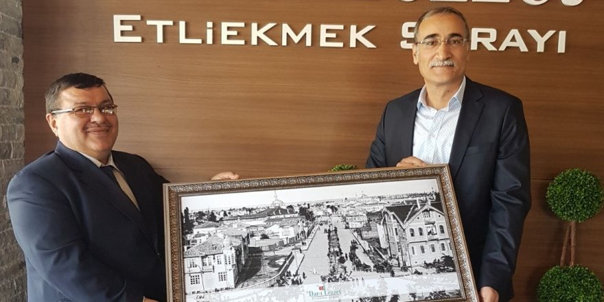 Dar-ı Lezzet'te Tahir Şahin'e tablo hediyesi
