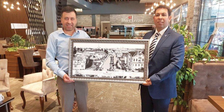 Mustafa Tuğ'dan Duransoy'a tablo hediyesi
