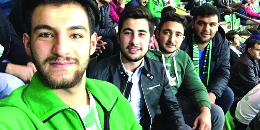 Muhammed Ali Selek arkadaşlarıyla tribünde
