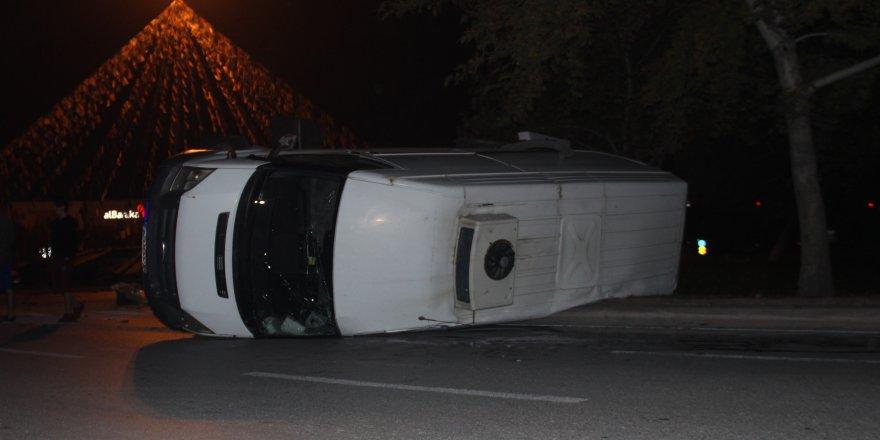 Alkollü sürücü midibüse çarptı