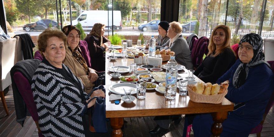 TÜRK KADINLAR BİRLİĞİ'NDEN ALZHEİMER VAKFI'NA DESTEK