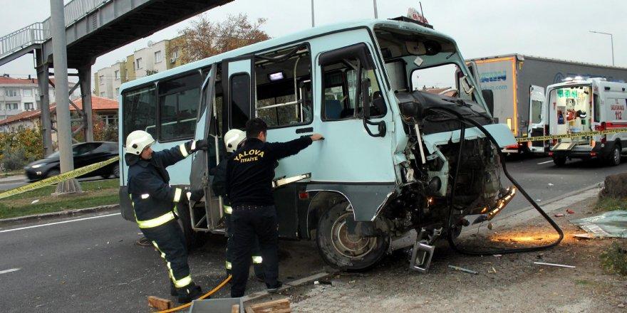 Yolcu Minibüsü Üst Geçidin Ayağına Çarptı: 1 Ölü, 2 Yaralı