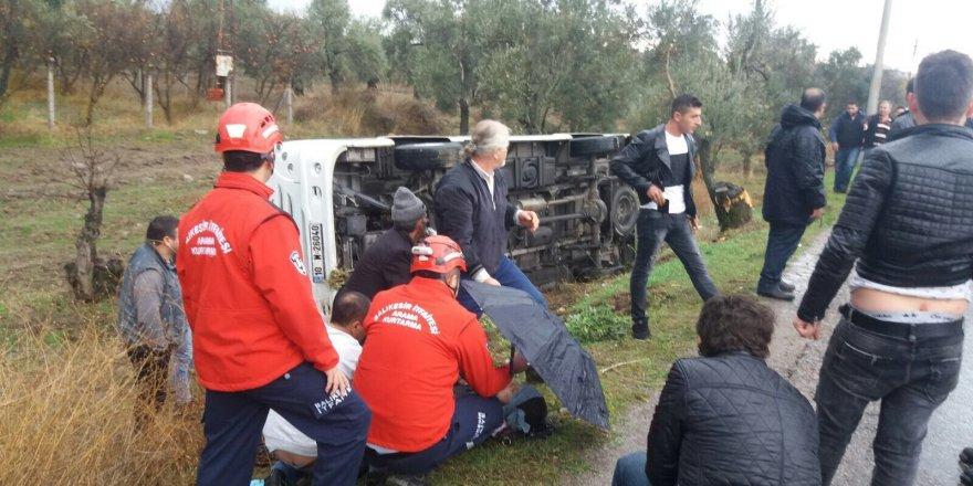 Balıkesir'de Yolcu Minibüsü Devrildi: 9 Yaralı