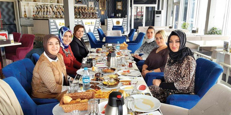 İŞ KADINI HANIMLAR ŞARLO NARGİLE CAFE'DE