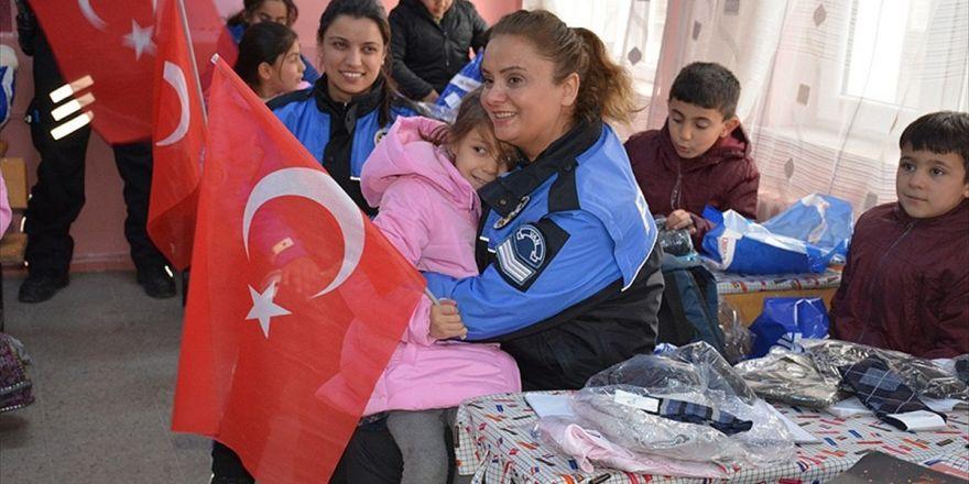 Polisten Öğrencilere 'Isıtan' Yardım