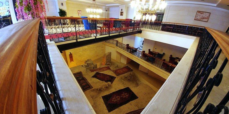 Otelin ortasında Selçuklu'dan kalma kale kapısı
