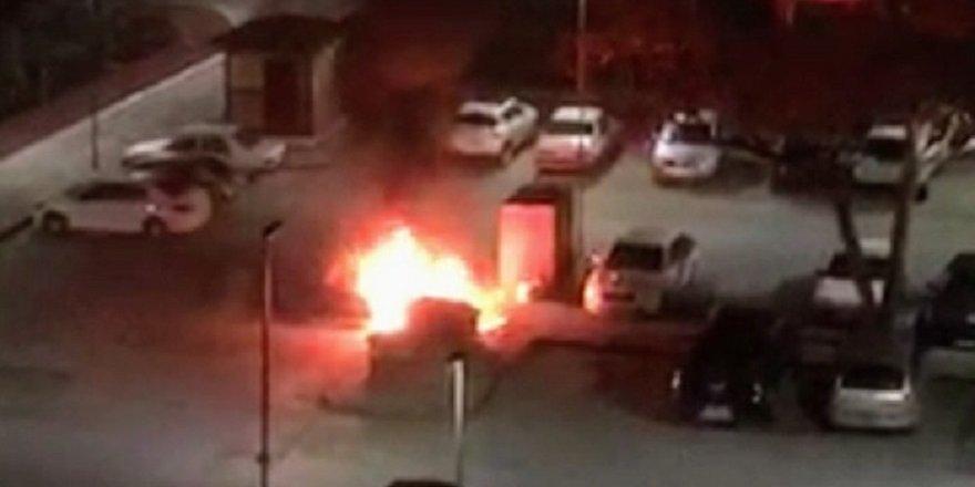 Çöpten çıkan yangın, park halindeki otomobili yaktı