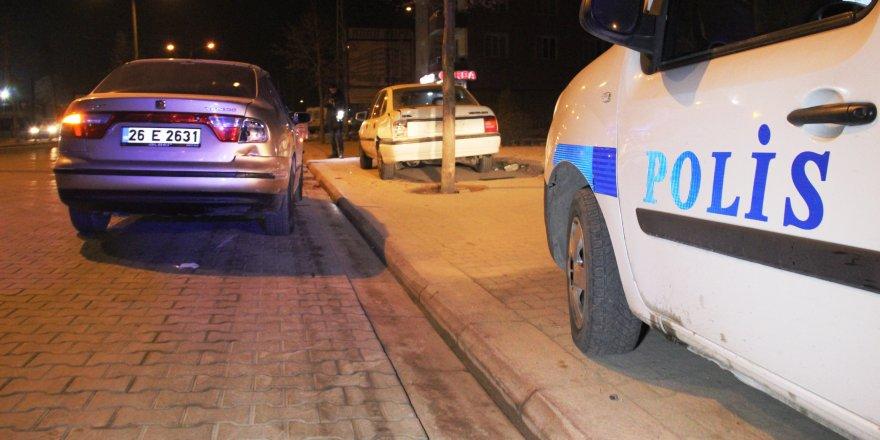 Makas atan motosiklet park halindeki otomobile çarptı: 2 yaralı