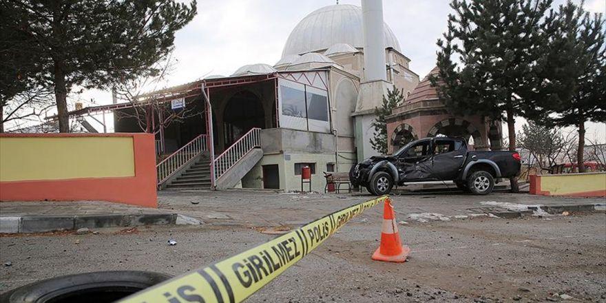 Erzincan'da Kamyonet Cami Avlusuna Girdi: 2 Yaralı