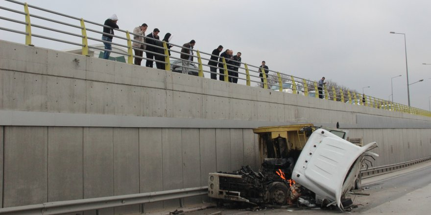 Araçta sıkışan sürücü 1,5 saatte kurtarıldı